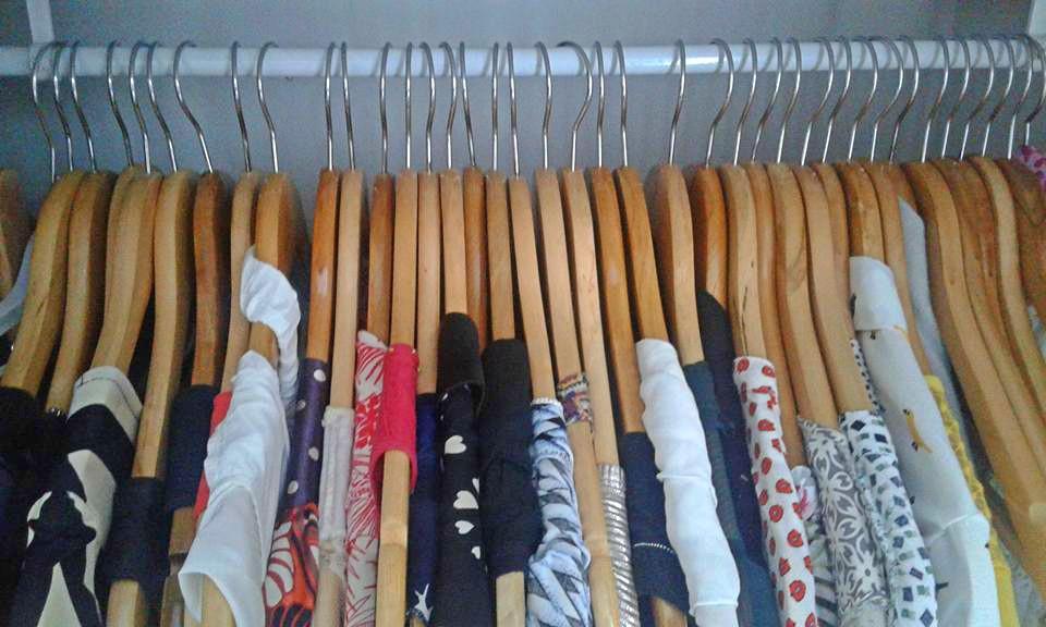 Cintres en bois : vêtements protégés et ordonnés ©hômétoile